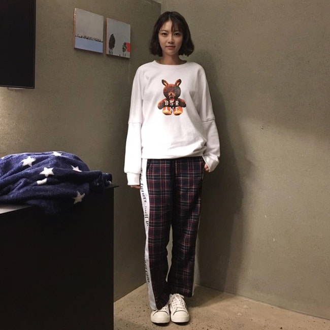 bsrabbit@BSRABBIT CELEBRITY 공승연 비에스래빗 BSRABBIT KBS2 드라마 '너도 인간이니?' 15-16회 의상 협찬  MONSTER RABBIT CREWNECK WHITE BSR CHECK TRACKPANTS NAVY